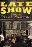 """<p>Pubblico in attesa davanti all'Ed Sullivan Theater di New York per il """"Late Show"""" con David Letterman. REUTERS/Lucas Jackson</p>"""