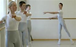 <p>Студенты разминаются у балетного станка в танцевальной школе Palucca в Дрездене 28 апреля 2004 года. Прямая осанка хороша не только для вашей спины - она дает уверенность в себе и настраивает на позитивный лад. REUTERS/STR New</p>