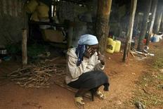 <p>Una donna africana al telefonino. REUTERS</p>