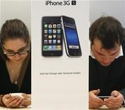 <p>Customers try out the new iPhone 3GS on the first day it is being sold at the Apple Store in Zurich June 19, 2009. REUTERS/Christian Hartmann</p>