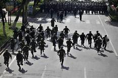 """<p>Сотрудники китайских сил безопасности преследуют демонстрантов в столице Синьцзян-Уйгурского автономного района городе Урумчи 4 сентября 2009 года. Один из лидеров экстремистской организации """"аль-Каида"""" призвал уйгуров из Синьцзян-Уйгурского автономного района КНР всерьез подготовиться в священной войне против """"деспотичного"""" Китая и попросил мусульман оказать им поддержку. REUTERS/Nir Elias</p>"""
