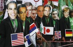 <p>Bangkok, manifestanti con le maschere dei leader dei paesi G8 al vertice sul clima in corso nella capitale thailandese, lo scorso 5 ottobre. REUTERS/Chaiwat Subprasom</p>