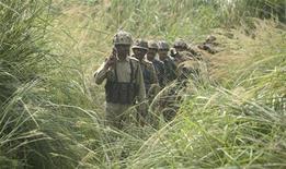 """<p>Индийские пограничники у границы с Пакистаном 2 октября 2009 года. Индия и США начали в понедельник совместные военные учения, которые свидетельствуют об усилении военных связей двух стран, принадлежавшим к разным лагерям в годы """"холодной войны"""". REUTERS/Mukesh Gupta</p>"""
