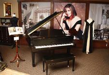 """<p>Un piano de cola Yamaha Baby en una exhibición especial para la prensa de los objetos de la subasta """"The Collection of Barbra Streisand"""" en Beverly Hills, California, 12 oct 2009. La cantante y actriz Barbra Streisand pondrá esta semana en una subasta cientos de muebles, obras de arte, ropa y otras posesiones en un remate a beneficio en Beverly Hills. El remate, que será el sábado y el domingo, aparece después de que el último disco de Streisand """"Love Is the Answer"""" la pusiera nuevamente, a sus 67 años, en el primer puesto de la lista pop estadounidense, dejándola como la primera artista en liderar la tabla en cinco décadas consecutivas. REUTERS/ Fred Prouser</p>"""