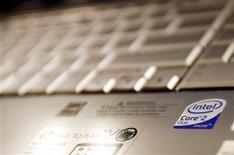 <p>Intel a réalisé des résultats du troisième trimestre supérieurs aux attentes du marché. Le numéro un mondial des semi-conducteurs a également fourni une prévision de chiffre d'affaires pour le trimestre en cours meilleure que prévu. /Photo prise le 13 mai 2009/REUTERS/Shannon Stapleton</p>
