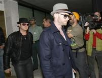 <p>Cantores do Boyzone chegam a Mallorca para levar corpo do integrante Stephen Gately, morto no fim de semana. REUTERS/Stringer</p>