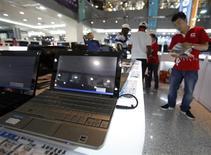 <p>Les ventes mondiales d'ordinateurs personnels ont augmenté de 2,3% au troisième trimestre, selon IDC. Le cabinet de recherches estime que le taiwanais Acer a ravi à Dell la place de deux mondial des fabricants de PC. /Photo prise le 8 septembre 2009/REUTERS/Nicky Loh</p>
