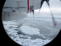 <p>Broken Arctic sea ice as seen from a window in from a U.S. Coast Guard C130 flight over the Arctic Ocean September 30, 2009. REUTERS/Yereth Rosen</p>