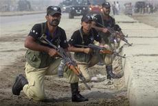 """<p>Полицейские занимают позицию около тренировочного центра Manawa в Лахоре, Пакистан 15 октября 2009 года. Пакистанские войска нанесли удар по движению """"Талибан"""" в провинции Южный Вазиристан на границе с Афганистаном после того, как в результате нападений боевиков погибли более 30 человек. REUTERS/Stringer</p>"""
