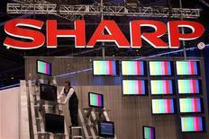 <p>Un addetto prepara un allestimento di schermi Sharp all'International Consumer Electronics Show di Las Vegas, gennaio 2009. REUTERS/Steve Marcus</p>