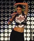 <p>Foto de archivo de la cantante Fergie del grupo The Black Eyed Peas durante el concierto Wango Tango en Irvine, EEUU, 9 mayo 2009. Fergie está trabajando junto a Avon Products Inc para el desarrollo de un perfume que se presentará en el 2010. REUTERS/Mario Anzuoni</p>