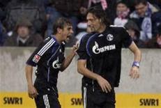 <p>Jogadores do Schalke comemoram vitória por 2 x 1 sobre o Stuttgart em partida pelo Campeonato Alemão. REUTERS/Thomas Bohlen</p>