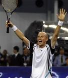 <p>O russo Nikolay Davydenko comemora vitória em partida contra o número dois do mundo Rafael Nadal no domingo por 7-6 e 6-3, tornando-se o primeiro campeão do Masters de Xangai. REUTERS/Nir Elias</p>