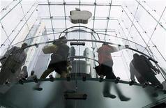 <p>Imagen de archivo de clientes en la tienda Apple en Nueva York, 19 jun 2009. Apple Inc introdujo el martes nuevas computadoras Mac mientras calienta motores para la temporada clave de compras navideñas. Apple refrescó su línea de computadoras de escritorio todo-en-uno iMac en un nuevo diseño de vidrio de lado a lado y con un borde de aluminio. Su precio se mantuvo en 1.199 dólares. REUTERS/Lucas Jackson</p>