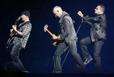 <p>Foto de archivo. De izquierda a derecha: el guitarrista The Edge, el bajista Adam Clayton y el cantante Bono del grupo U2 durante un concierto en East Rutherford, EEUU, sep 23 2009. U2 transmitirá en vivo un concierto completo por internet este fin de semana a través de YouTube, anunció la banda irlandesa en su sitio web. REUTERS/Gary Hershorn</p>