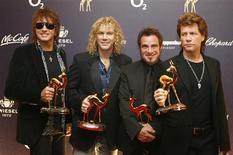 """<p>Em foto de arquivo os integrantes do Bon Jovi exibem prêmio durante cerimônia em Duesseldorf. A banda Bon Jovi anunciou nesta quinta-feira uma turnê mundial de quase dois anos para promover o 11o álbum de estúdio """"The Circle"""".29/11/2007. REUTERS/Alex Grimm</p>"""