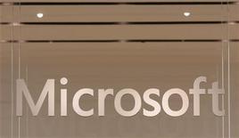 <p>Microsoft, utile per azione trim1 a 0,4 dlr, su titolo in preborsa. REUTERS/Joshua Lott</p>