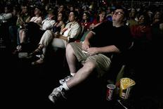 """<p>Режиссер Майкл Мур смотрит кинофильм """"Здравозахоронение"""" (SiCKO) в кинотеатре в Сакраменто 12 декабря 2007 года. За неделю до Хеллоуина североамериканский кинопрокат атаковали фильмы ужасов. REUTERS/Max Whittaker</p>"""