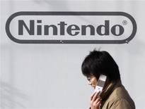 <p>Мужчина разговаривает по телефону рядом с офисом компании Nintendo в Токио 29 января 2009 года. Nintendo Co планирует выпустить новую версию своего мобильного игрового модуля DSi с увеличенным экраном уже в этом году, чтобы поддержать свои продажи на фоне конкуренции с iPhone от Apple Inc, сообщила японская газета Nikkei во вторник. REUTERS/Toru Hanai</p>