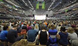 <p>Fedeli partecipano ad una messa durante un congresso della Chiesa protestante, a Brema. REUTERS/Morris Mac Matzen</p>