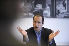 <p>L'Amministratore delegato di Expedia Dara Khosrowshani durante un'intervista. REUTERS/Phil McCarten</p>