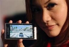 <p>Модель демонстрирует телефон SonyEricsson Satio phone during на выставке в Сингапуре 17 июня 2009 года. Sony Ericsson представила свою новую флагманскую модель X10 - первый аппарат компании, работающий на базе ОС Android от Google. REUTERS/Vivek Prakash</p>