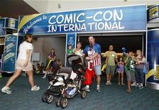 <p>Families attend the 40th annual Comic Con conference in San Diego, California July 25, 2009. REUTERS/Mike Blake</p>