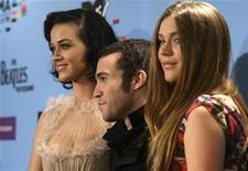 <p>I conduttori degli Mtv Europe Awards 2009 Katy Perry (sinistra), Pete Wentz e Joss Stone (destra) posano per i fotografi al termine della conferenza stampa. REUTERS/Tobias Schwarz</p>