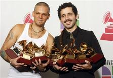 <p>Membros do grupo porto-riquenho Calle 13 posam com seus prêmios recebido na cerimônia do 10o Grammy Latino. A dupla de hip hop porto-riquenha Calle 13 ganhou cinco Grammy na quinta-feira, incluindo o de Álbum do Ano, ajudando a cimentar sua posição na vanguarda da música alternativa.05/11/2009.REUTERS/Steve Marcus</p>
