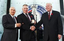 <p>Hockey Hall of Fame Inductee Brett Hull poses with Chairman of the Hockey Hall of Fame's Board of Directors Bill Hay (R) and Co-Chairman of Hockey Hall of Fame Selection Committee Jim Gregory (L) in Toronto November 9, 2009. REUTERS/Mark Blinch</p>