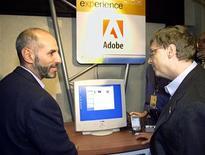 <p>Bruce Chizen,amministratore delegato di Adobe, parla con Bill Gates, fondatore di Microsoft. REUTERS/Jeff Christensen</p>