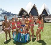 <p>A Sydney persone riunite per il battere il record della maggior parata in costume da bagno. REUTERS/Daniel Munoz</p>