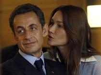 <p>France's President Nicolas Sarkozy (L) and his wife Carla Bruni-Sarkozy listen to hospital staff as they visit the Paoli-Calmettes Institute in Marseille, November 2, 2009. REUTERS/Jean-Paul Pelissier</p>
