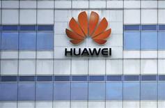 <p>Le chinois Huawei Technologies a ravi à Nokia Siemens le deuxième rang mondial du marché des équipements de réseaux mobiles au troisième trimestre, en doublant pratiquement sa part de marché par rapport à l'an dernier (à 20%), d'après une étude du cabinet spécialisé Dell'Oro. Le suédois Ericsson a conservé la première place avec 32% de part de marché. /Photo prise le 29 juin 2009/REUTERS</p>