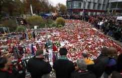 <p>Migliaia di tifosi rendono l'ultimo tributo al portiere della nazionale tedesca e dell'Hanover 96 durante i funerali, Hannover, 15 novembre 2009. REUTERS/Christian Charisius</p>