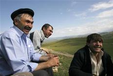 <p>Мужчины из деревни Цовкра-1 в Дагестане сидят на холме и смеются 20 августа 2007 года. Жители РФ поразили исследователей оптимизмом, показав практически чемпионскую уверенность в скором росте своих доходов. REUTERS/Thomas Peter</p>