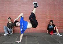 <p>Adolescenti si esibiscono nella breakdance in una strada di Taipei. TAIWAN-STREETDANCE/ REUTERS/Nicky Loh (TAIWAN SOCIETY ENTERTAINMENT)</p>