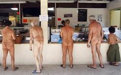 <p>Нудисты выбирают еду в продуктовой лавке в Монталиве, юго-запад Франции 5 августа 2009 года. Подмосковный супермаркет, страдавший от недостатка покупателей, придумал как ему раскрутиться в кризис: он предложил посетителям раздеться за еду. REUTERS/Regis Duvignau</p>