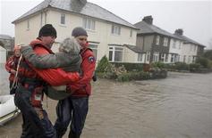 <p>Спасатели эвакуируют пожилую женщину из затопленного дома на севере Англии 19 ноября 2009 года. Спасательные шлюпки и военные вертолеты этой ночью эвакуировали сотни людей на севере Англии после чрезвычайно сильных проливных дождей. REUTERS/Phil Noble</p>