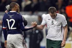 <p>Thierry Henry saluta l'irlandese Dunne dopo lo spareggio tra Francia e Irlanda. REUTERS/Charles Platiau</p>