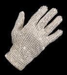 """<p>Foto de archivo de un guante blanco cubierto de joyas que perteneció al cantante pop Michael Jackson durante su presentación en Australia, sep 6 2009. Los dueños de un casino de Macao planean inaugurar el primer sitio en honor a Michael Jackson en Asia, luego de adquirir el famoso guante blanco del """"Rey del Pop"""" por 350.000 dólares en una subasta estadounidense. REUTERS/Bonhams & Goodman/Handout</p>"""