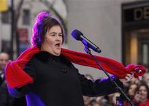 """<p>La cantante escocesa Susan Boyle durante su presentación en el show """"Today"""", de la cadena NBC en Nueva York, nov 23 2009. El nuevo disco de la cantante escocesa Susan Boyle, quien saltó a la fama tras la emisión en abril de su audición en el programa """"Britain's Got Talent"""", está cerca de convertirse en la grabación de más ventas del año en el Reino Unido, dijo el lunes la minorista HMV. REUTERS/Brendan McDermid</p>"""