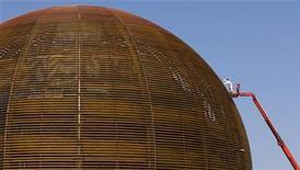 <p>Gli scienziati del Cern di Ginevra sono riusciti per la prima volta a provocare una collisione tra particelle di protoni, sotto il tunnel di 27 chilometri al confine tra Francia e Svizzera, in quello che è un primo passo verso la scoperta di come è nato l'universo. Lo hanno rivelato ieri gli stessi studiosi. REUTERS/Valentin Flauraud</p>