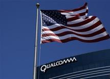 <p>La Commission européenne a clos la procédure antitrust contre Qualcomm après le retrait des plaintes de grands groupes technologiques à l'encontre du concepteur américain de semi-conducteurs. /Photo d'archives/REUTERS/Mike Blake</p>