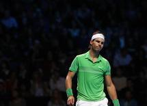 <p>O número dois do mundo, o espanhol Rafael Nadal perdeu por 6-1 e 7-6 para o russo Nikolay Davydenko nesta quarta-feira e se tornou o primeiro tenista a ser eliminado da Copa do Mundo de Tênis. REUTERS/Suzanne Plunkett</p>