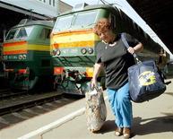 <p>Женщина идет по перону Белорусского вокзала в Москве 2 июля 2003 года. На всех московских вокзалах 7 декабря заработает бесплатный беспроводной интернет, сообщили Российские железные дороги REUTERS/Sergei Karpukhin</p>