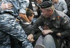 """<p>Милиционеры задерживают участников акции протеста в Москве 31 августа 2009 года. Глава российского МВД напомнил гражданам о праве на самооборону, посоветовав """"давать сдачи"""" даже милиционерам, чья агрессивность давно пугает общество. REUTERS/Denis Sinyakov</p>"""