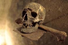 <p>Человеческий череп в захоронении в Вене 1 ноября 2009 года. Всем известно, что ради любви люди способны на многое. Так, 55-летний вьетнамец пять лет спал с трупом жены, потому что ему очень хотелось обнимать её, говорится в онлайн-газете Vietnamnet.vn. REUTERS/Herwig Prammer</p>