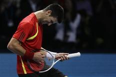<p>O tenista sérvio Novak Djokovic comemora vitória sobre o espanhol Rafael Nadal em jogo da Copa do Mundo de Tênis, em Londres, nesta sexta-feira. REUTERS/Stefan Wermuth</p>