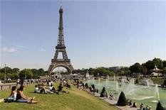 <p>People sit on the grass and sunbathe near the Trocadero fountains across from the Eiffel Tower on a hot summer day in Paris on August 6, 2009. REUTERS/Jacky Naegelen</p>